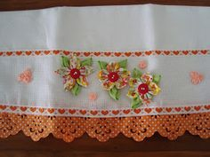 Fuxico Mesmo !!: Panos de prato decorados com flores de tecido... sob encomenda...