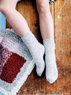 Pitsi-palmikkosukat miehelle – ota ohje talteen! - Kotiliesi.fi Fingerless Gloves, Arm Warmers, Fashion, Fingerless Mitts, Moda, Fashion Styles, Fingerless Mittens, Fashion Illustrations
