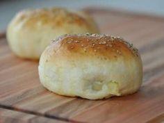 Ingredientes  500 g de farinha de trigo 250 ml de leite 50 ml de água 50g de margarina ou manteiga 10g de fermento biológico em pó 2 ovos 1 colher de sopa de açúcar 1 colher