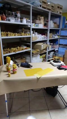 Bee Gifts, Diy, Beeswax Candles, Bees, Originals, Articles, Craft, Candle Wax, Candle Molds
