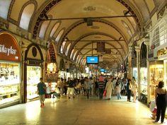 El Gran Bazar o Grand Baazar (Kapalıçarşıen turco), es uno de los mercados cubiertos mas importantes del mundo, un autentico laberinto de callejuelas que aloja cerca de 3000 tiendas