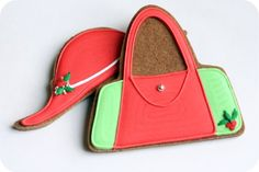 Image from http://sweetopia.net/wp-content/uploads/2010/12/red-and-green-purse-hat-decorated-cookies.jpg.