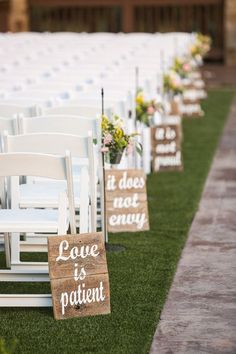 Take a look at the best rustic wedding decorations in the photos below and get ideas for your wedding!!! 1 CHORINTHIANS 13:4 pintado sobre madera rústica cerca #WeddingCeremony