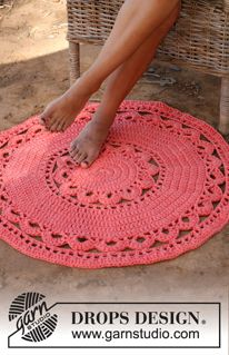 "Crochet DROPS round carpet in 3 strands ""Paris"". ~ DROPS Design I want to learn to crochet. Crochet Diy, Crochet Doily Rug, Crochet Rug Patterns, Crochet Round, Crochet Home, Crochet Crafts, Crochet Projects, Knitting Patterns, Hand Crochet"