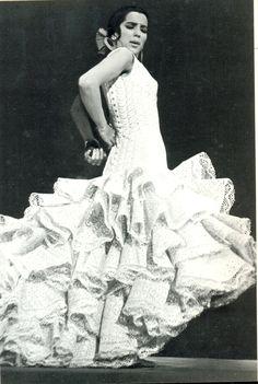 La #bailaora Maria Rosa con #batadecola blanca perforada. Diseñada y realizada por Lina.