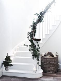 Neptune- English Design Winter/Christmas Greenery Garland on a traditional staircase Christmas Table Settings, Christmas Tablescapes, Christmas Decorations, Pine Garland, Green Garland, Christmas Staircase, Christmas Home, Winter Christmas, Christmas Crafts