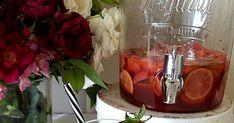 Une sangria rosée parfumée à la fraise et au citron vert.