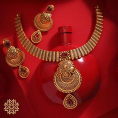 Weddings or festive celebrations; you can never go wrong with floral ornates. Gold Necklace Simple, Gold Jewelry Simple, Golden Necklace, Gold Bangles Design, Gold Jewellery Design, Handmade Jewellery, Jewelry Design Earrings, Necklace Designs, Antique Necklace