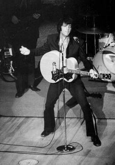 Elvis in Las Vegas at the International Hotel Karate Suit, Album Sales, Elvis Presley Photos, August 28, July 31, Las Vegas Hotels, Graceland, American Singers, Classic Hollywood