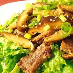 Garlic Steak and Shiitake Mushroom Salad (Perfect excepting the sesame oil & seeds :) Fast Healthy Meals, Healthy Sides, Healthy Recipes, Healthy Food, Main Dish Salads, Main Dishes, How To Make Salad, Food To Make, Recipe Center