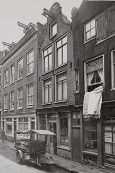 A view of the Eerste Looierdwarsstraat in Amsterdam. Motorized transportation tricycle parked in front of grocery store De Mercuur. Amsterdam Jordaan, I Amsterdam, Black N White Images, Black And White, Life Goes On, Holland, Dutch, To Go, Street View