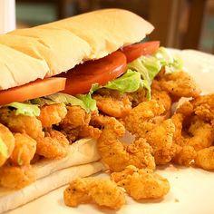 Louisiana Shrimp Po Boy Sandwich mátame uno d mis sandwiches favoritos Cajun Recipes, Copycat Recipes, Seafood Recipes, Cooking Recipes, Fried Shrimp Recipes, Cajun Cooking, Cajun Food, Fast Recipes, Tofu Recipes