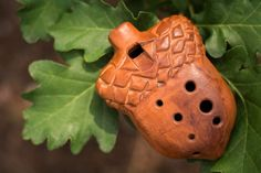 This is another author the ocarina, which we do with his wife Ailandas. Seven holes. Story major. We love nature, forest, ocean, mountains. The subjects of the nature of our tools. The sounds of the ocarina flute sounds comparable to 420 mm in length. Ocarina itself 100h80h30 mm Video review: https://youtu.be/SJmLvyk5zO8