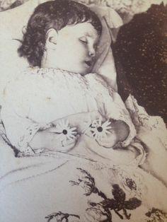Victorian Post Mortem Photo - so precious. Victorian Photos, Antique Photos, Vintage Photographs, Victorian Era, Old Photos, Memento Mori, Post Mortem Pictures, Louis Daguerre, Post Mortem Photography