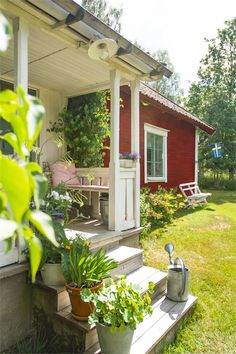 Welcome in! 14 cozy front porches with rustic summer charm Swedish Cottage, Red Cottage, Garden Cottage, Cottage Style, Beautiful Homes, Beautiful Places, Sweden House, Red Houses, Swedish Style