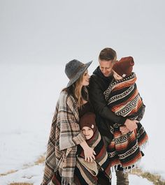 I love the idea of bringing blankets to your winter family photos. Get cozy & snuggle up! Love this photo by that we… I love the idea of bringing blankets to your winter family photos. Get cozy & snuggle up! Love this photo by that we… Family Shoot, Family Picture Poses, Family Picture Outfits, Family Photo Sessions, Family Posing, Couple Shoot, Rustic Family Photos, Winter Family Pictures, Winter Photos