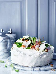 Tee täydellinen voileipäkakku. Lastaa pyöreän caesar-voileipäkakun päälle jokirapuja ja parmesaania. Cake Sandwich, Sandwiches, Good Food, Yummy Food, Tasty, Salty Cake, Savory Snacks, Love Cake, Savoury Cake