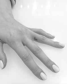 live-finger-tattoo