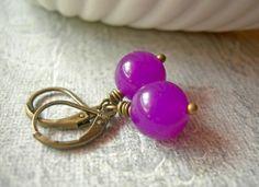 NEUE FARBEN!!!!!    Schlichte aber farbstarke Ohrringe aus violette- pinken Jadeperlen und Bronze. Die Schmuckstücke sind mit 10mm großen Pe