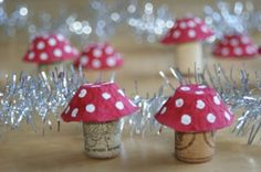Grzybki- muchomorki z recyklingu- opakowanie po jajkach i korki od wina. Zawieszka na choinkę lub bożonarodzeniowa dekoracja. Mushroom - recycling craft - pack of egg, wine cork. Hanging on a Christmas tree or Christmas decoration.