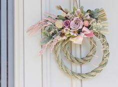 ちょっと不思議な薄い紫色、濃い紫色のばらを主体にした お正月リースです さわやかでかわいらしい雰囲気で、新しい年をお迎え下さい^^ 花材*プリザーブドフラワー(ばら二色・かすみ草・ピンクの稲穂)    アーティフィシャルフラワー(ユーカリの葉・セ...