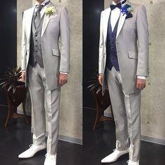 お客様ご試着 2017年に都内ホテルで挙式。ロングタキシード シルバーグレーの挙式(左)とお色直し(右)のコーディネート。サイズ感が良く、スッキリと着こなされています。レンタル70,000円+税(一式+お色直し小物含む) #タキシード#新郎タキシード#新郎衣装#結婚準備#プレ花嫁#ホテルウェディング#フェイズ青山#phaseaoyama