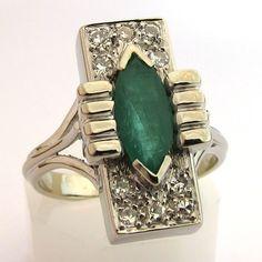 Originale bague design, datant des années 1960, de forme rectangulaire, en or blanc serti d'une émeraude et de diamants. Emerald Rings, Gemstone Rings, Bijoux Design, Serti, Gemstones, Green, Jewelry, Ancient Jewelry, White Gold