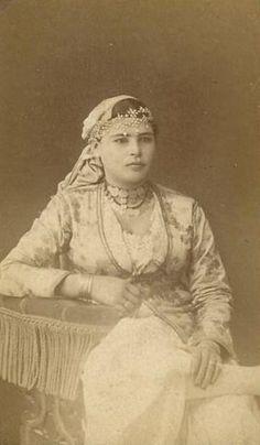 Jeune femme d'Alger (Algérie - 19e) / Young woman of Algiers (Algeria - 19th) https://azititou.wordpress.com/2012/11/25/une-jeune-femme-a-alger-c1860s/