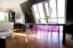 Salle à manger sous verrière : table de repas en métal réalisée sur mesure et chaises Thalya Patrick Jouin pour Kartell