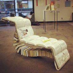 Deze ligstoel gemaakt van boeken staat in de stadsbibliotheek van Haarlem.