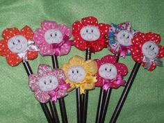 Ponteira confeccionada em fuxico-flor removível. Em cores variadas. R$ 3,00