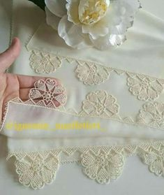 This Pin was discovered by mer Needle Tatting, Needle Lace, Needle And Thread, Crochet Collar, Crochet Lace, Lace Jewelry, Crewel Embroidery, Lace Making, Crochet Squares