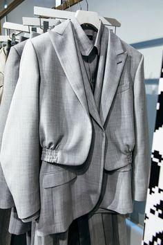 Louis Vuitton A Detailed Look at the Collection Blazer Fashion, Fashion Outfits, Fashion Trends, Girl Fashion, Fashion Show, Womens Fashion, Fashion Details, Fashion Design, Fashion Project