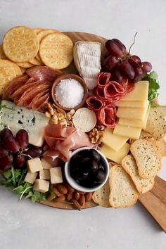 How to Make a Cheese Plate step by step! It's easy to make a gorgeous cheese plate presentation with a few simple ideas. This holiday (or any day!) appetizer can be made vegetarian or rounded out with meat, sausage, and other charcuterie. Use grapes, figs Charcuterie Recipes, Charcuterie And Cheese Board, Charcuterie Platter, Cheese Boards, Crudite Platter Ideas, Cheese Board Display, Snack Platter, Antipasto Platter, Grazing Platter Ideas