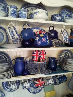 Willow pattern china on a white welsh dresser Shabby Chic Welsh Dresser, Country Living Uk, Fabric Display, Kitchen Dresser, English Country Style, British Home, Willow Pattern, Home Decor Kitchen, Kitchen Ideas