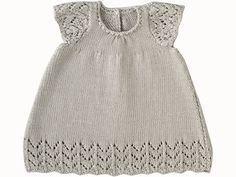 Adorable avec ses manches papillon, cette robe s'orne d'un petit point dentelle. Présentée dans le numéro de mars 2009 d'Enfant Magazine, elle est tricoté en jersey endroit et en point ajouré. Côté pratique, elle a une ouverture dans le dos, fermée par quatre boutons.                                                                                                                                                                                 Plus