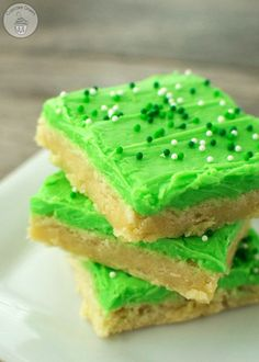 St. Patrick's Day Sugar Cookie Bars - the perfect treat for St. Patrick's Day! Recipe at www.overthebigmoon.com! St. Patrick's Day, Sweet Cookies, St Patrick's Day Cookies, Brownie Cookies, Bar Cookies, St Pattys, Saint Patrick's Day, St Patrick's Day Food, Green Desserts