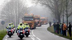 De eerste twee konvooien met wrakstukken van vlucht MH17 zijn dinsdag even na 14.00 uur aangekomen bij vliegbasis Gilze-Rijen.