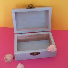 Wooden box, handpainted, with shells, shabby marine style.