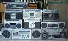 Reproductor de cassette (1963) Los primeros reproductores fueron introducidos en el mercado por varias compañías a finales de los años setenta, cuando el sonido estéreo se agregó a los diseños existentes de grabación de radiocasete. Así, se fueron fabricando modelos más sofisticados y potentes El audio casete compacto es un medio para el almacenaje de audio que fue introducido en Europa por la empresa Philips en 1963.