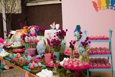 Que tal fazer uma Festa Trolls para comemorar o aniversário da sua filha? Um tema lindo e super colorido! Decoração Design Party by Daniela Vinãs.      Mais idei...