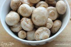 Шампиньоны промыть и обсушить. Смешать паприку, кориандр и перец. Частью полученной смеси посыпать грибы и перемешать. Остальная часть пойдет в кляр. Garlic, Beans, Vegetables, Food, Meal, Beans Recipes, Eten, Vegetable Recipes, Meals