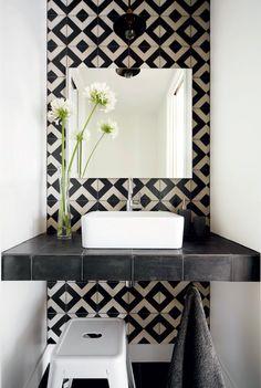 Effet pop dans la salle de bains Avec un revêtement mural à motif de losanges - d'un chouette effet pop -, cette pièce fait une incursion dans les années à gogo!