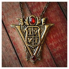 Twilight Volturi Crest Necklace ($20) ❤ liked on Polyvore featuring jewelry, necklaces, twilight, accessories, vintage style necklace, antique jewelry, antique necklace, vintage style jewelry and antique jewellery