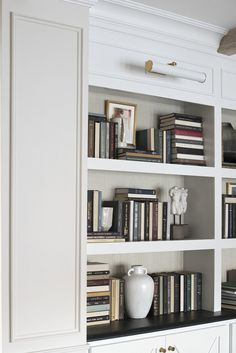 10 Tips for Shelf Styling with Lots of Books - Room for Tuesday Styling Bookshelves, Bookshelves In Living Room, Decorating Bookshelves, Bookshelf Design, Bookcases, Tall Shelves, Decoration Inspiration, Living Room Decor, Interior Design