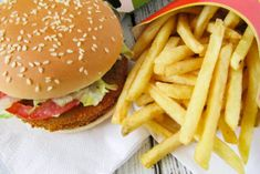 Vegan burger bij McDonald's, ja of nee? Vegan Burgers, Mcdonalds, Potato Recipes, Guacamole, Hamburger, Fries, Good Food, Ethnic Recipes, Desserts