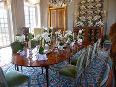 Château du Champ de Bataille: Le Grand Vestibule. Aujourd'hui salle à manger d'apparat. Autour de la table, les chaises sont toutes du maître menuisier FOLIOT (1706-1776). Elles portent des numéros d'inventaire des résidences royales de Versailles, Fontainebleau ou Compiègne. Jacques Garcia en possède 40, chinées durant 4 décennies dans les brocantes. Cette passion pour ces sièges est né au contact de son ami et grand collectionneur Jean Pétain, qui en possédait lui-même 8.