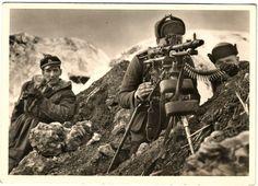 An MG34 machine gun crew, via Jedem das seine
