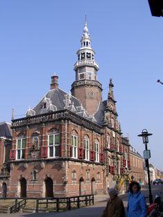 Bolsward - Mooiste stadhuis van Nederland tegenover Hollands Eethuis