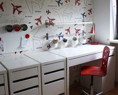 blog o wnętrzach dla dzieci, inspiracje : Samoloty, pociągi i biurko w pokoju małego chłopca.